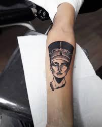 фото татуировки нефертити в египетском стиле на предплечье парня