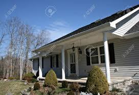 Modern Home Mit Siding Und Fensterläden Lizenzfreie Fotos Bilder