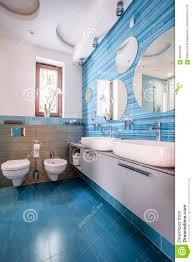 Badezimmer Mit Blauen Fliesen Und Spiegeln Stockfoto Bild Von