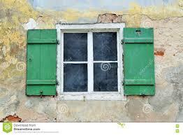 Hölzernes Fenster Mit Grünvorhängen In Einem Altbau Stockbild Bild