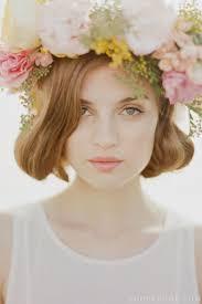ヘアスタイルで印象が決まる花冠が似合うロマンティックな髪型