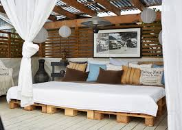 THE SIMPLEST CHOICE TO ADOPT FOR AN OUTDOORS DAY BED ZONE