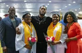 Identical twin sisters graduate high school as co-valedictorians with 4.0  GPAs