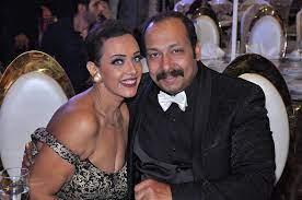 شاهد زوجة محمد ثروت تجبره على خلع ملابسه على باب المنزل خوفا فيروس كورونا  سيدتي