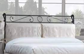 In realtà, le sue geometrie eleganti e raffinate ne fanno il complemento perfetto anche per le camere da letto più moderne. Letto Imbottito Con Testiera In Ferro E Contenitore Leonardo Con Rete A Doghe Sollevabile Ales Letti Imbottiti Alzata Standard Ales Rivestimenti Tessuto Smile Colore 32