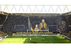 Eski ismi westfalenstadion olan stadyum 2005 yılında sigorta şirketi signal iduna ile yapılan sponsorluk anlaşması ile 2021 yılına kadar bu isimle anılacaktır. Borussia Dortmund Stadium Signal Iduna Park Transfermarkt