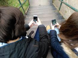Resultado de imagen para Adolescentes con sus moviles