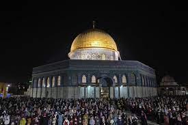 رغم العراقيل الإسرائيلية.. 90 ألفا يحيون ليلة القدر بالمسجد الأقصى- (صور)