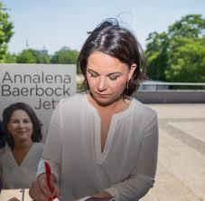 """Nur zu der kanzlerkandidatin der grünen annalena baerbock findet sich nichts biografisches auf annalena baerbock erklärte sich selbst zur """"völkerrechtsexpertin. Buch Von Annalena Baerbock Soll Quellenangaben Bekommen Welt"""