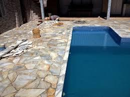 A pedra são tomé é um quartzito de grande resistência, antiderrapante e atérmica (não adere calor do sol), disponível nas cores amarela ou branca. Pin Em Piscinas