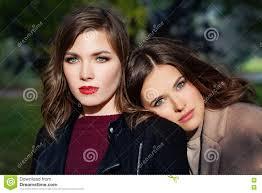 Vrouwen Van De Lente De Mooie Modellen Met Make Up En Kapsel In