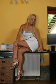 XXX slike Euro chick Carla Cox gets fucked in the office by her.
