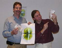 Jens Wortmann und Jürgen Bartz (v.l.n.r.) Die Genossenschaftler starten mit grüner Tomate und wollen dass die Tomate rot wird. - wochenzeitung02