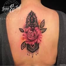 узор кружево с нежной розой тату на спине у девушки добавлено
