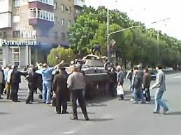 Картинки по запросу люди на донбассе останавливают танки руками