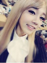a pink s eunji looks like a barbie doll in recent selca with her blonde hair