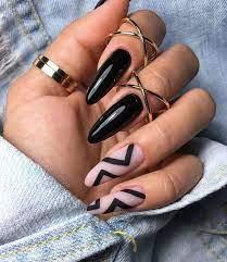 Alterna las uñas negras mate con florales pálidos que fluyen para crear una variación misteriosa e intoxicante y la combinación de dulce y peligroso. Unas Acrilicas Negras Unas Postizas De Gel Gel De Unas Manicura De Unas