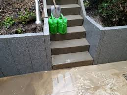 Außentreppe aus granit mit geschwungenen blenden. Palisaden Setzen