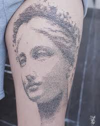 парень создаёт объёмные татуировки используя компьютерный код