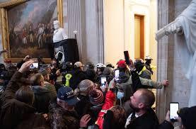 Insurrectos entran al Capitolio, legisladores regresan, muere mujer tras  ser herida en la invasión - San Diego Union-Tribune en Español