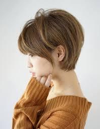 この画像は冬を可愛く着こなせショートボブタートルネックのヘア