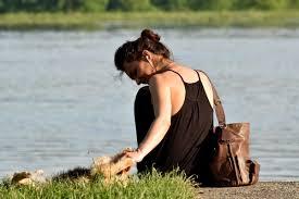 フリー写真画像 犬 ドレス 楽しんで 草 髪型 かわいい女の子 川岸