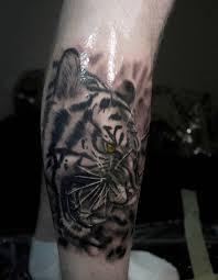 фото крутого тату тигра в стиле реализм на голени парня фото
