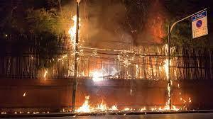 ด่วน! ไฟไหม้ เสถียรธรรมสถาน จนท.ระดมฉีดน้ำสกัด  ยังไม่ทราบมีผู้ติดภายในหรือไม่ - ข่าวสด