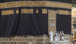 كسوة الكعبة المشرفة .. تاريخ من التقليد الإسلامي لكساء أطهر بقعة في العالم