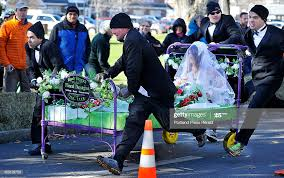 The team from Wendy Herrick Floral Design race to the finish line to...  Nachrichtenfoto - Getty Images