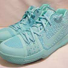 Kyrie irving's first signature shoe features an interlocking ki logo, his signature on the inside of the tongue and his number on the back of the heel. Nike Shoes Nike Kyrie Irving 3 Basketball Shoes Size 55youth Poshmark