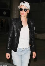 airport chic the 37 year old edged up a casual crocheted white t
