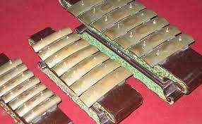 Cara memainkannya pun tidak jauh berbeda, yaitu dengan cara ditiup, namun untuk bagian yang ditiup terbuat dari kayu, ini disebut dengan klep. Mengenal 11 Alat Musik Tradisional Dari Jawa Tengah