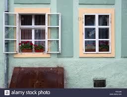 Zwei Fenster Und Blumen Auf Einem Grünen Haus Von Sighisoara