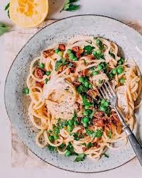 vegan spaghetti carbonara with smokey