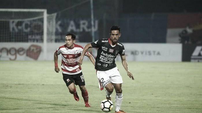 Taufik Hidayat (kanan) ketika bermain di Bali United.