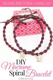 this diy macrame spiral bracelet is super easy tu make to find step