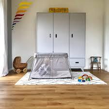 Wenn die sonne durch die großen fenster scheint, wird es im wohnzimmer viel zu heiß. A Night Out Von Babys Eltern Und Dem Richtigen Reisebett Sarahplusdrei