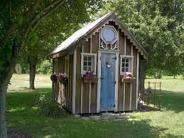 Garden shed from recycled materials ...