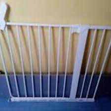 Bemängelt wird das dieses absperrgitter leicht zu öffnen ist und man vorsichtig sein sollte wenn man es für kinder kauft wenn man es an treppen montiert.wegen unfallgefahr. Absperrgitter Baby Treppe