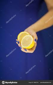 Krásná žena Ruce Perfektní Nehty Drží Citron žluté Ovoce Modré