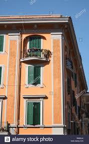 Orange Gebäude Mit Grünen Fensterläden Aus Holz Rom Italien