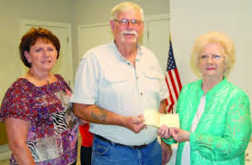 Theresa and Lee Worsham presented Polly Duncan | The Jena Times