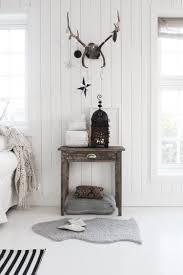 Minimalistisches Schlafzimmer In Weiß Mit Schlichter Weihnachtsdeko