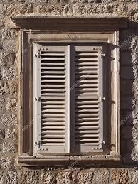 Mediterrane Steine Fenster Mit Holz Fensterläden Stockfoto