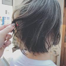 浦川 由起江さんのヘアスタイル ハイライト マットグレー Tredina