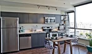 neutral küche holz esstisch stühle küchenschränke kühlschrank modern