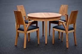 Runder Tisch Mit Gepolsterten Stühlen Sinnesmagnet