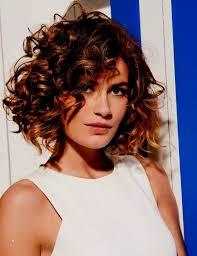 Coiffure Cheveux Bouclés Court Elegant Coupe Cheveux Frisés