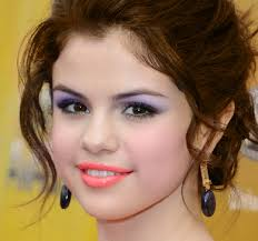selena gomez with a light purple eye makeup and bright baby pink lip makeup to plement